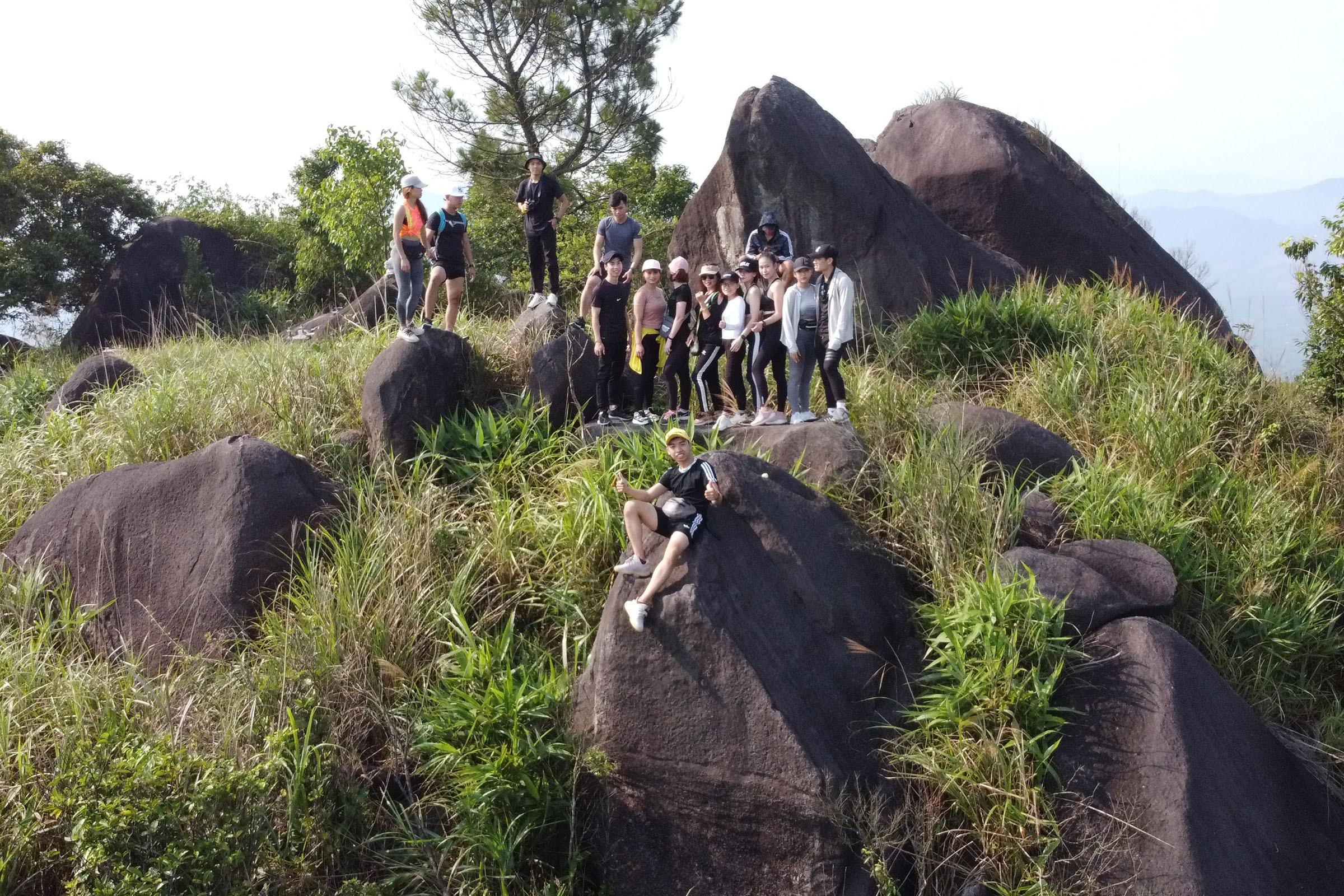 Nhóm bạn trẻ cảm thấy tự hào, vui vẻ khi lần đầu chinh phục núi Kim Phụng.