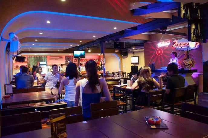 Top 10 quán bar Sài Gòn, beer club TPHCM sôi động nhất