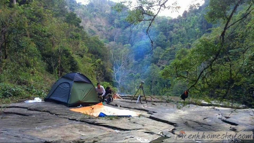 Đường lên thác Phi Liêng đặc biệt lầy lội vào mùa mưa